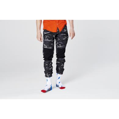 Biele ponožky Happy Socks s modrými bleskami, vzor Flash // KOLEKCIA ATHLETIC